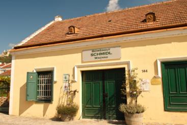 Im Heurigen vom Weingut Schmidl gibt es Grüne Veltliner und Riesling
